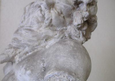 Poškozená kamenná socha před rekonstrukcí