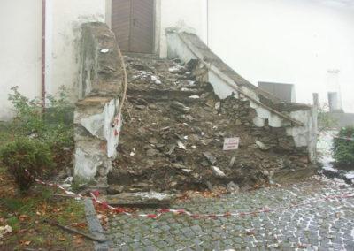 Kamenné schodiště v havarijním stavu