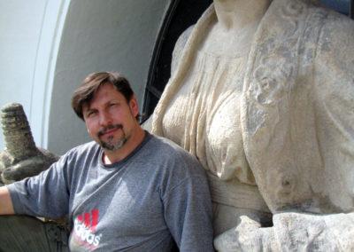 Sochař Richard Rudovský se sochou