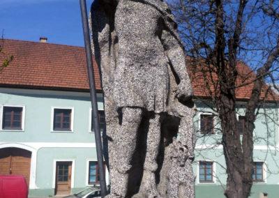 Kamenná socha na náměstí ve Vyšším Brodě