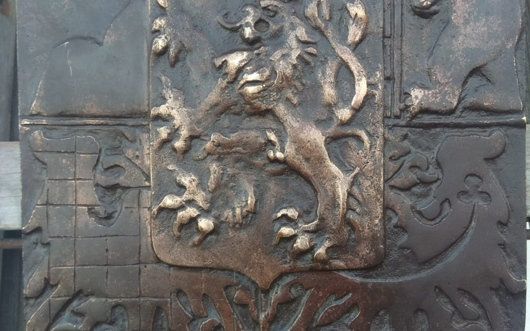 Bronzový prvorepublikový znak pro památník