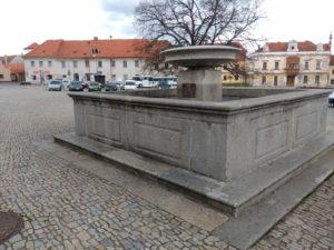 Kamenná kašna je dominantou náměstí ve Vlachově Březí